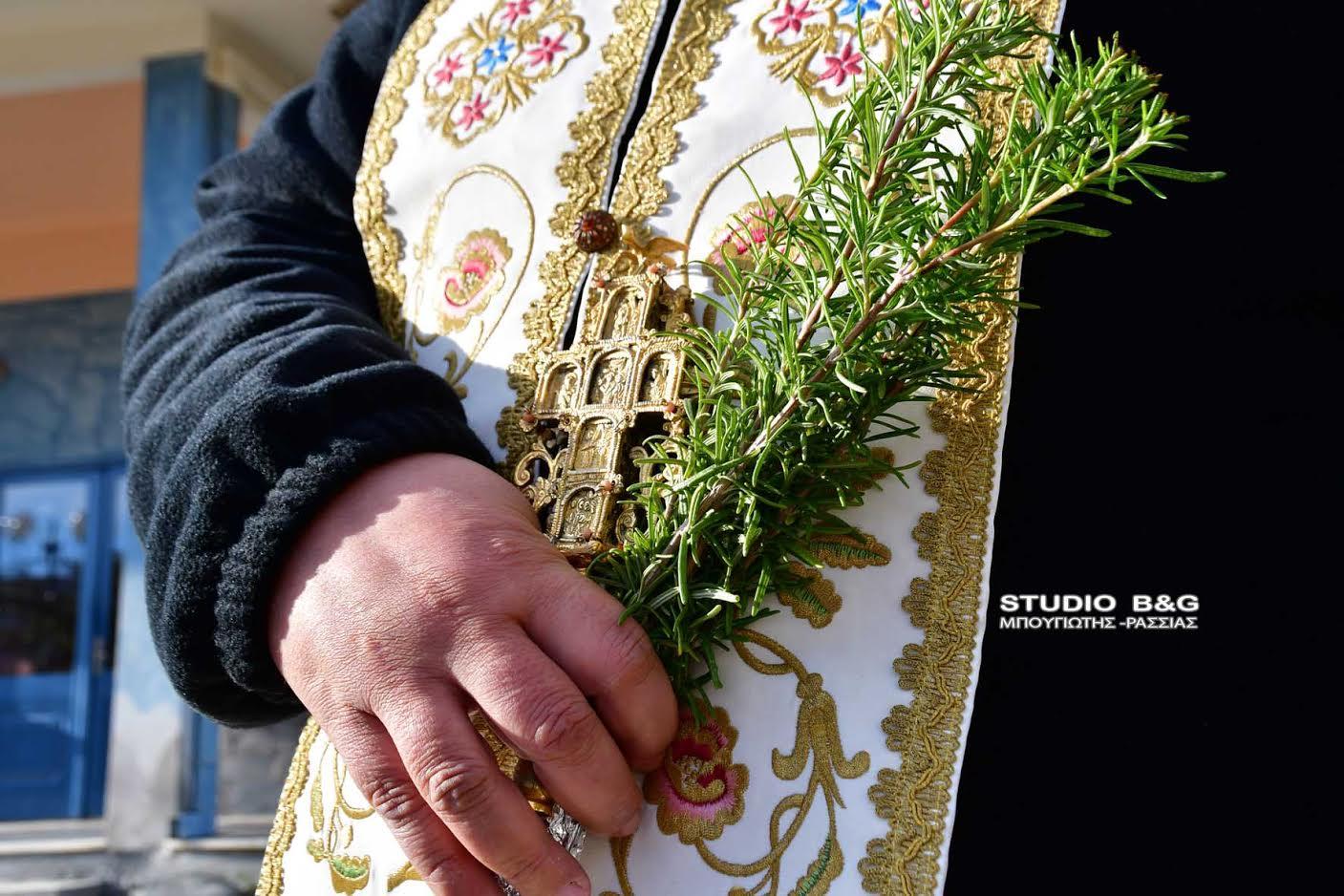 Ο π. Χρήστος Ιωαννίδης βγαίνει με τον Αγιασμό και αγιάζει τα σπίτια