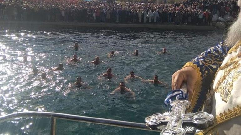 Αγιασμός υδάτων στην Κέρκυρα : Χάθηκε ο σταυρός και τον ανέκτησαν δύτες