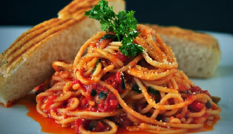 Σπαγγέτι με σάλτσα ντομάτας και καρυδόψιχα
