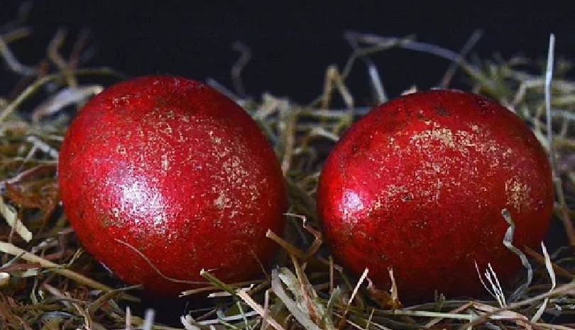 Μεγάλη Πέμπτη: Τι συμβολίζουν τα κόκκινα αυγά που βάφουμε σήμερα